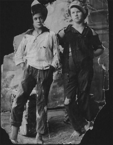 «Хулиганки». Слева - Валерия Немцева.