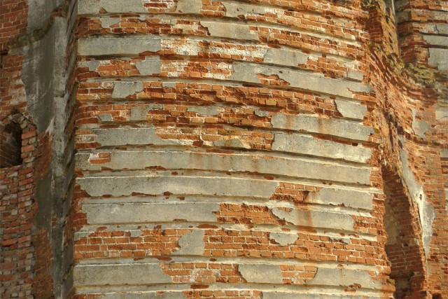 Стена колокольни с остатками штукатурки