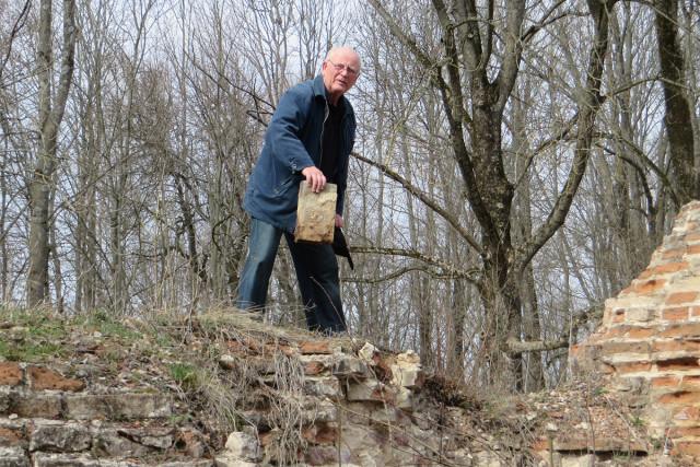 Руины собора. А.В.Чирок показывает, как выглядели кирпичи, из которых был построен монастырь