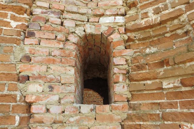 Световое окно в стене колокольни