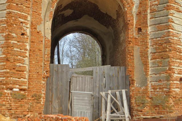 Сквозная арка нижнего яруса колокольни