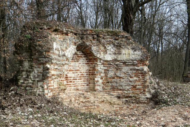 Остатки монастырского собора, взорванного в 1960 году. Ниша для иконы