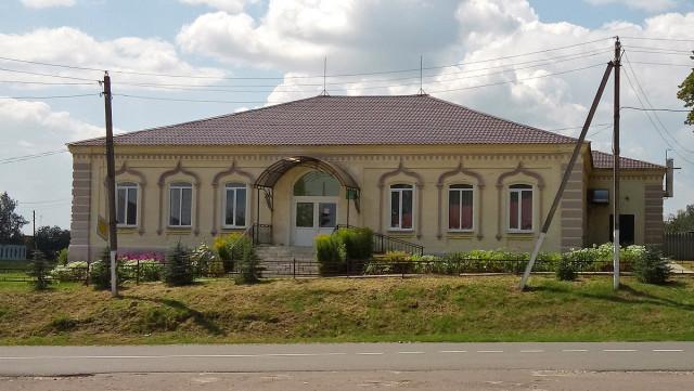 Старинное здание в центре села