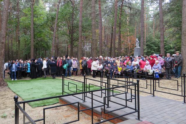 В Карховском лесу в день открытия Мемориала. Фото: А.Дмитроченко