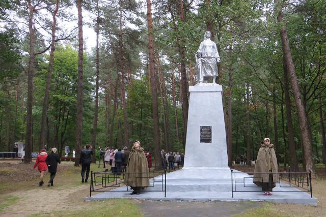Памятник «Мать, заслоняющая ребёнка». Фото: А.Дмитроченко