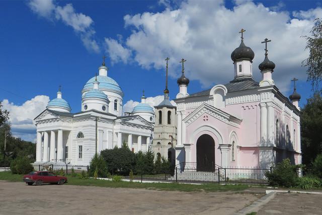 Церковь Святой Варвары и Успенский собор на центральной площади Мглина
