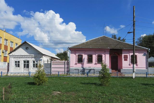 Старые дома на центральной площади Мглина
