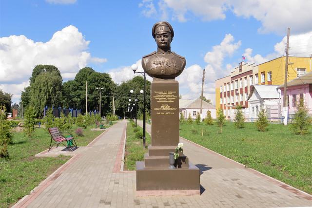 Памятник казаку И.С.Зайцеву (1886-1916) на центральной площади Мглина