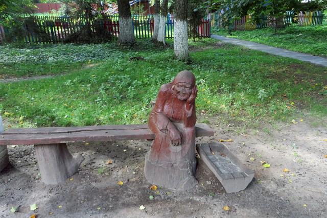 Деревянная скульптура в городском парке