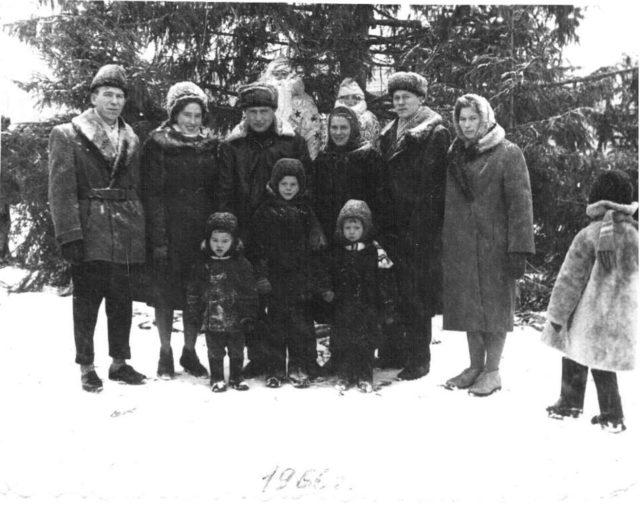 Группа горожан у новогодней ёлки на площади. 1966 г.
