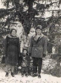 Жители Новозыбкова у городской ёлки, фото из личных архивов