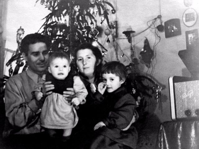 Семья у новогодней ёлки. Фото из личных архивов горожан