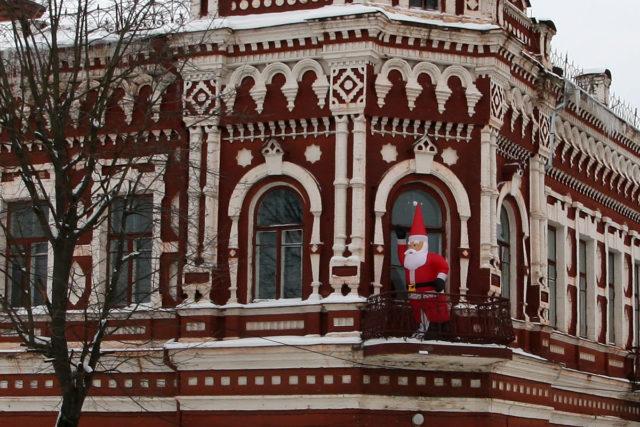 Надувной Дед Мороз на балконе дома Певзнера, 2011 г.