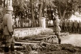 Захоронения у ограды Чудо-Михайловского храма в Новозыбкове. Фото времён Великой Отечественной войны.