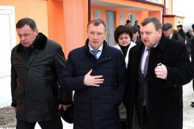Н.Денин и А.Чебыкин у строящегося детского сада в Новозыбкове. Фото: С.Непша