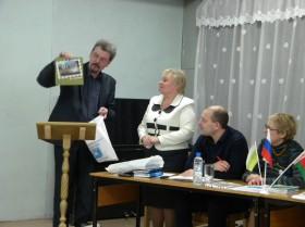 Ю.Максименко вручает подарки новозыбковской библиотеке