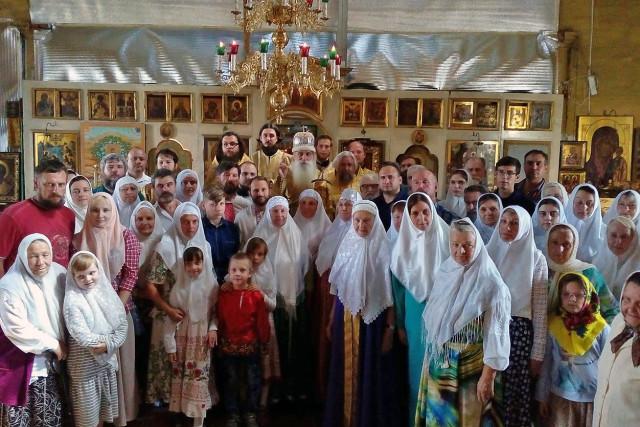 Митрополит Корнилий с прихожанами Никольско-Рождественского храма