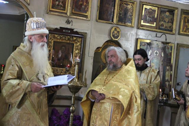 Митрополит Корнилий наградил иерея Сергия Бедного наперсным крестом
