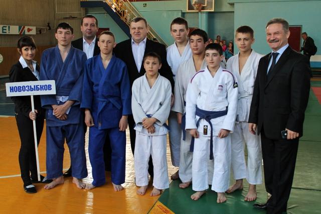 Команда Новозыбкова и организаторы турнира. Фото: К.Карпов