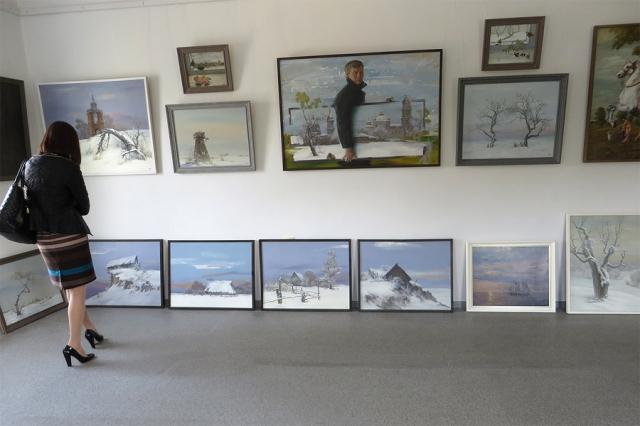 Одна из стен галереи. Внизу - серия картин, написанная к 10-й годовщине Чернобыля