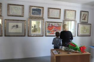 Одна из стен галереи с работами, подаренными М.Нехайчику друзьями-художниками