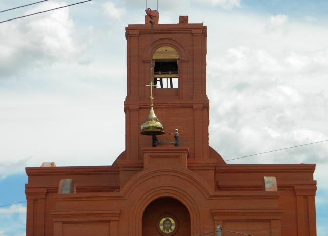 Установка одного из куполов строящегося кафедрального собора в Клинцах