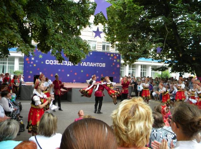 Выступление танцоров в парке