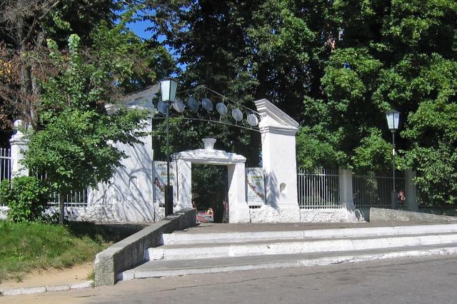 Ворота городского парка. Фото: А.Карпов, 2005 г.