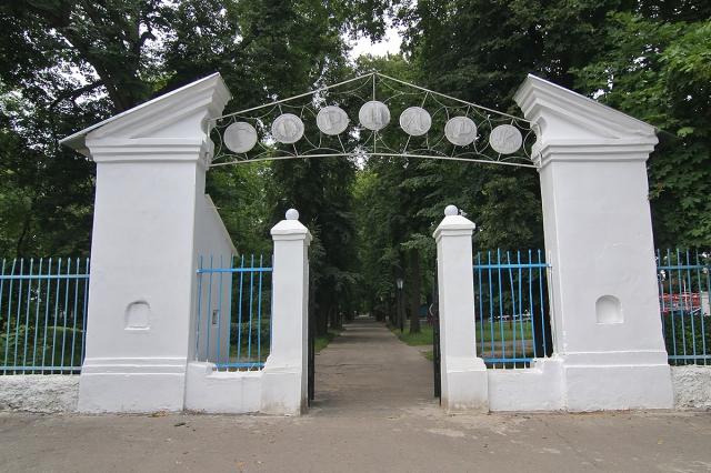 Ворота городского парка. Фото: А.Карпов, 2009 г.
