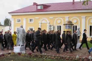 Сотрудники Администрации и Горсовета следуют к фонтану. Фото: А.Дмитроченко