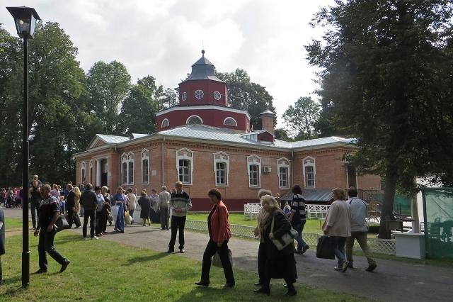Главное здание усадьбы - Охотничий замок - в день праздника