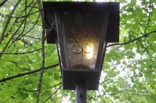 Старинный фонарь в парке