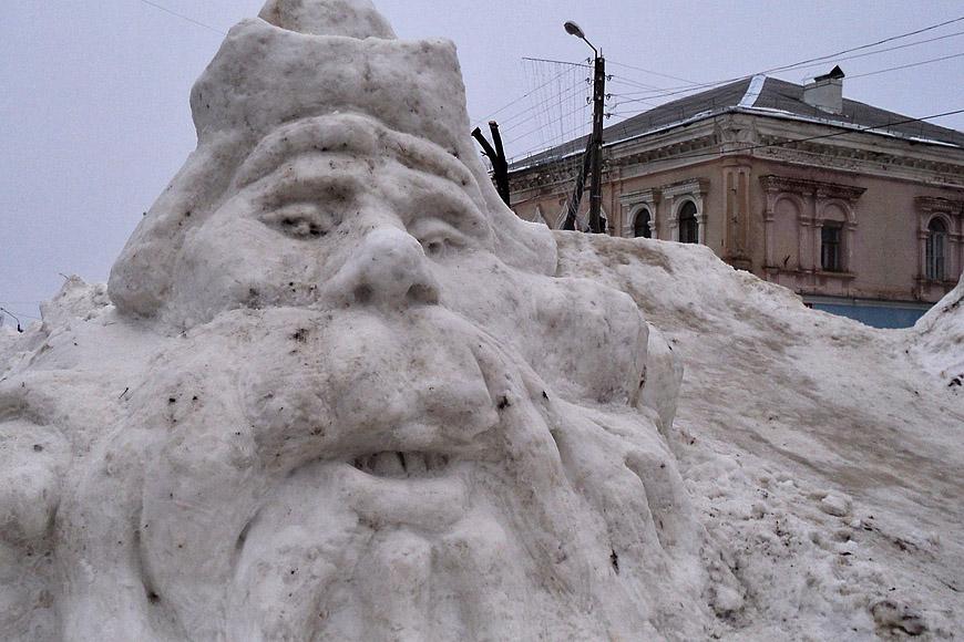 Снежный Дед Мороз на центральной площади Новозыбкова. Скульптор - М.Чирок, фото - А.Дмитроченко