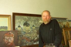 Игорь Гержедович в своей мастерской