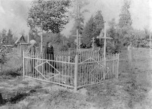 Н.Д.Расторгуева на могиле мужа