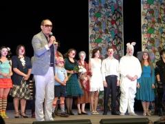 Председатель жюри В.Спесивцев представляет театральную студию Крылья