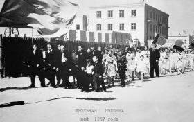 Колонна школы №2 на первомайской демонстрации, 1957 г., площадь Октябрьской революции. Фото из архива гимназии