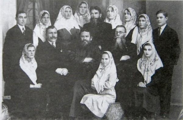 Ф.Е.Мельников среди прихожан-старообрядцев (Кишинев, 1950-е гг.)