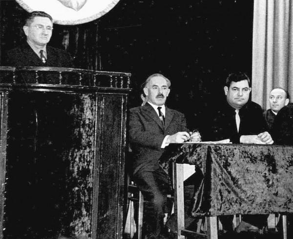 Выступление А.Эпштейна на встрече с писателем А.Маневичем (сидит в центре), 1970 г.
