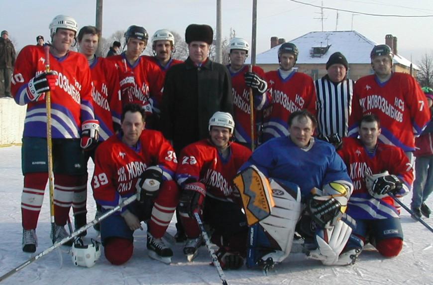 И.А.Нестеров с хоккеистами Новозыбкова
