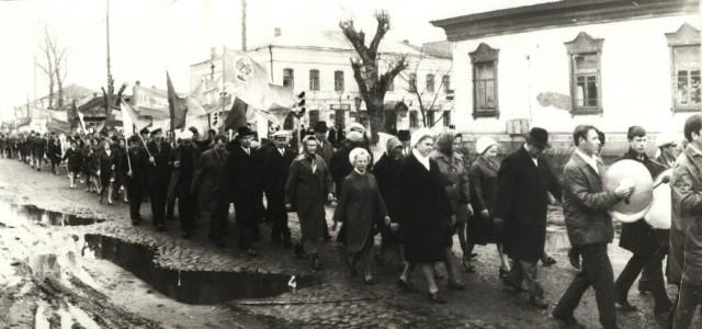 Демонстрация 7 ноября. Начало 60-х годов. Перекресток ул.Коммунистической - Первомайской. На заднем плане видно старое здание горсуда. А асфальта еще нет - на дороге брусчатка