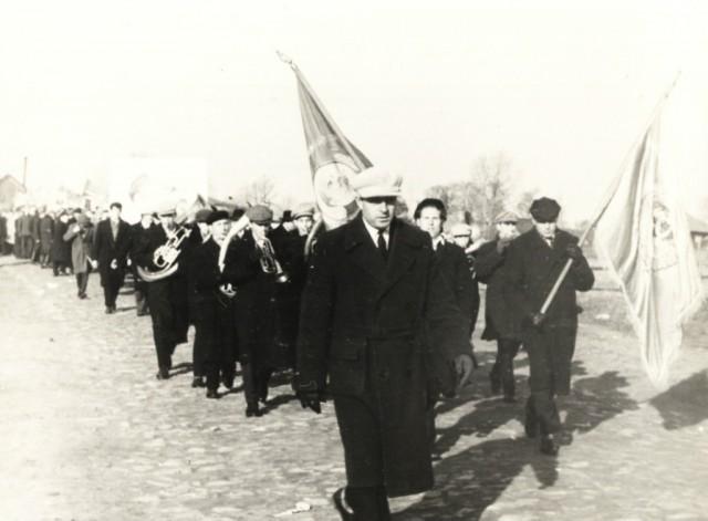 Первомайская демонстрация. На переднем плане Величко М.Е. 60-ые годы