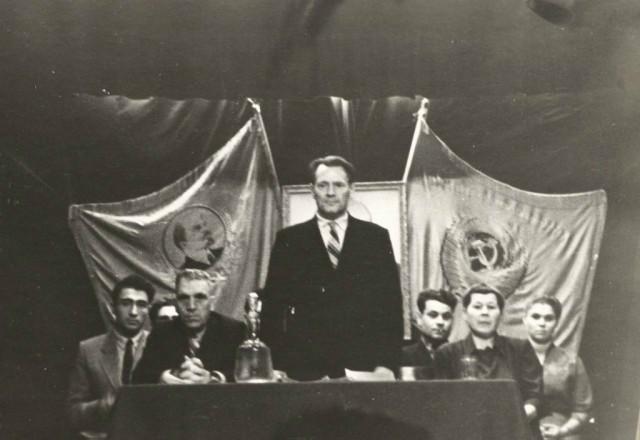 Президиум торжественного собрания в клубе НСХТ Директор техникума Семухин Андрей Макарович