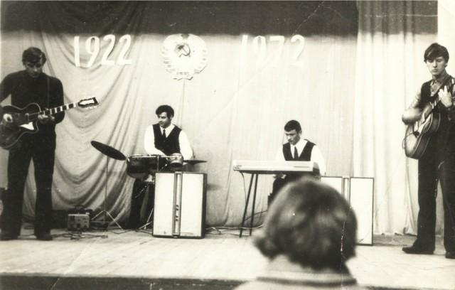 ВИА НСХТ. 1972 год. (Слева Александр Деменок - гитара, Анатолий Величко - ударные)