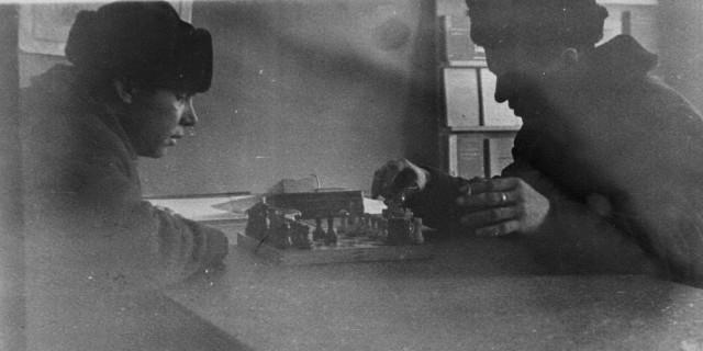 В прорабской  в обеденный перерыв (60-е годы). Слева - мой папа  Пашков С.И.
