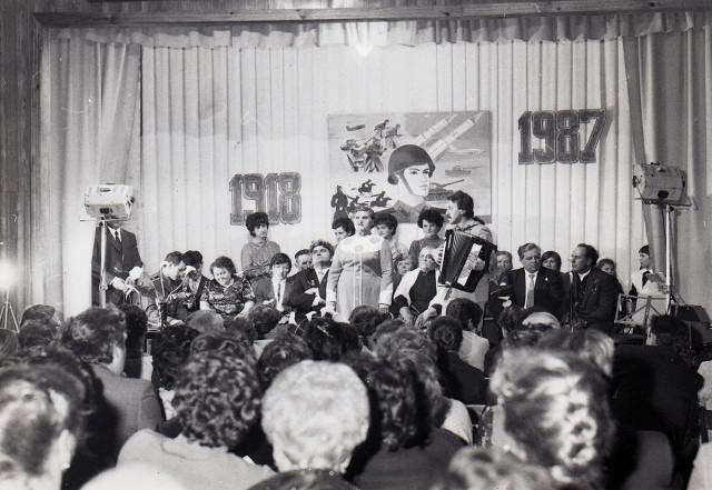 На сцене - участники ансамбля под управлением Валерия Лузика