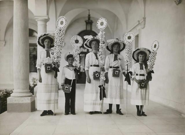 Цесаревич Алексей с царевнами в Ливадии на празднике Белого цветка