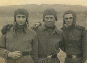 Поддубный А.И. во время службы в армии (крайний слева)