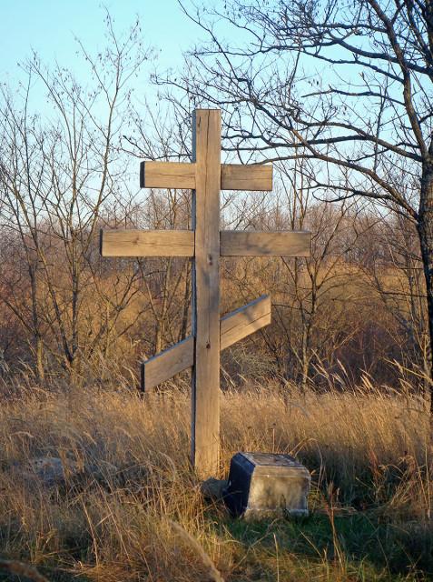 Поклонный крест и осколок мраморного надгробия