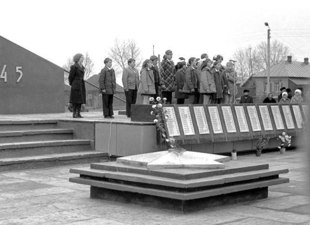 Открытие монумента. Поздравления школьников. 1978 г.